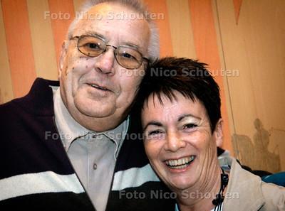 AD/HC - Jan Kappetein (70) en Lenneke Meijer-van der Meer - De heer Kappetein krijgt na 50 jaar alsnog een onderscheiding. Hij redde vijftig jaar geleden Lenneke en haar dochter van de verdrinkingsdood - VOORBURG 8 JANUARI 2006 - FOTO NICO SCHOUTEN