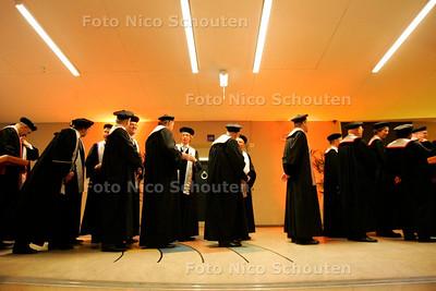 AD/HC - dies natalis van TU Delft. Professoren gaan in een rijtje de zaal in uitgedost in toga - DELFT 12 JANUARI 2006 - FOTO NICO SCHOUTEN