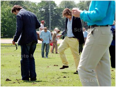 AD/HC - POLOTOERNOOI DUINDIGT - in de pauzes wordt het publiek uitgenodigd de losse graspollen terug te stampen in het veld - sfeerfoto voor verhaal Hans Verhagen - WASSENAAR 1 JULI 2007 - FOTO NICO SCHOUTEN