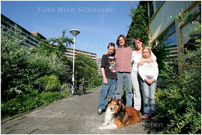 AD/HC - Palenstein-bewoners Vincent en Christine Snels zijn boos op gemeente over niet nakomen afspraken. Ze zouden het snippergroen bij hun woning als tuin krijgen - ZOETERMEER 28 JUNI 2007 - FOTO NICO SCHOUTEN