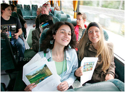 AD/HC -  De gemeente Zoetermeer heeft jongeren uitgenodigd om hun toekomstvisie op Zoetermeer te geven. Een bustocht trekt langs een aantal Zoetermeerse plaatsen en de jongeren kunnen zeggen hoe zij het over 23 jaar hopen te zien - ZOETERMEER 30 JUNI 2007 - FOTO NICO SCHOUTEN