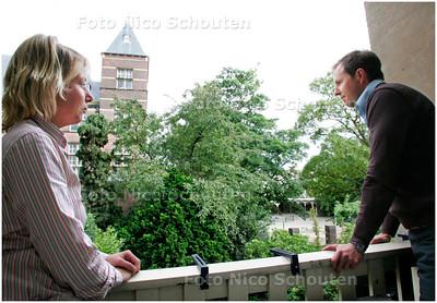AD/HC - Haganum wil nieuwbouw neerzetten op het schoolplein, waardoor de bewoners aan de achterzijde (1e Sweelinckstraat) een zeven meter hoge muur in hun achtertuinen krijgen in plaats van het uitzicht dat ze nu hebben - Jeffrey Bilderdijk en zijn vriendin op bekijken het uitzicht vanaf het balkon - DEN HAAG 26 JUNI 2007 - FOTO NICO SCHOUTEN