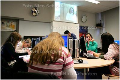 AD/HC - Juf Kimberly Roos  geeft omdat ze al een paar maanden met een voetblessure ziek thuis zit via de webcam les aan leerlingen van vmbo-school de Mient - DEN HAAG 22 MAART 2007 - FOTO NICO SCHOUTEN