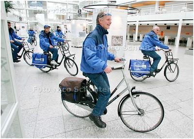 AD/HC - nieuwe postbodes van Haeghegroep fietsen het atrium van stadhuis aan Spui binnen - DEN HAAG 9 MEI 2007 - FOTO NICO SCHOUTEN