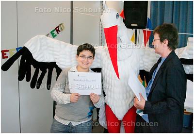 AD/HC - Firat Demirci (12), krijgt prijs,. Hij heeft het multiculturele dictee gewonnen - DEN HAAG 16 MEI 2007 - FOTO NICO SCHOUTEN