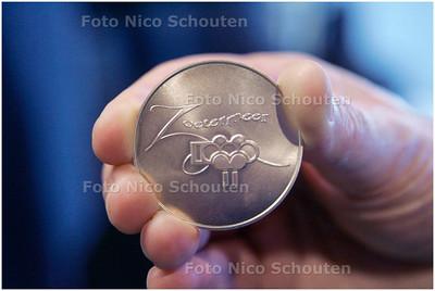 AD/HC - Burgemeester Waaijer slaat munt, speciaal in kader van 1000-jarig bestaan Zoetermeer bij Koninklijke Begeer - ZOETERMEER 14 MEI 2007 - FOTO NICO SCHOUTEN