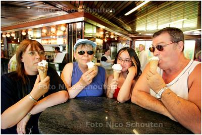AD/HC - IJSSALON FLORENCIA - Familie Jouvenaar uit Hellevoetssluis, (ex-hagenaars) vindt Florencia nog steeds de beste - DEN HAAG 28 APRIL 2007 - FOTO NICO SCHOUTEN