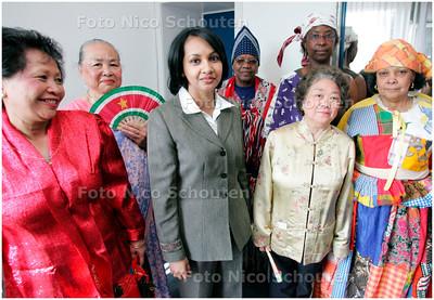 """AD/HC - Surinaamse ambassadeur bezoekt migrantenzorginstelling Jonker Frans - De ambassadrice omringd door leden van de Surinaamse vereniging """"Voor Elkaar"""" ui leiden - DEN HAAG 3 MEI 2007 - FOTO NICO SCHOUTEN"""