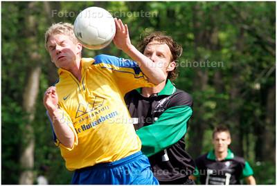 AD/HC - DUNO tegen FLOREANT - Floreant maakt hands, in het eigen strafschopgebied,  maar wordt hiervoor niet bestraft DEN HAAG 12 MEI 2007 - FOTO NICO SCHOUTEN