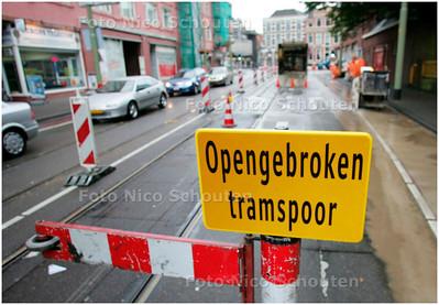 JAN HENDRIKSTRAAT EN TORENSTRAAT AFGESLOTEN - Wegens werkzaamheden aan het tramspoor zijn de Jan Hendrikstaat en de Torenstraat over de hele lengte afgesloten voor autoverkeer vanuit de richting Vondelstraat. De tramsporen in de Jan Hendrikstraat zijn versleten. Ook in de Torenstraat zijn de sporen op enkele plaatsen slecht. Vanaf 7 mei worden de sporen daarom vernieuwd. De totale werkzaamheden duren tot 14 juli - DEN HAAG 7 MEI 2007 - FOTO NICO SCHOUTEN