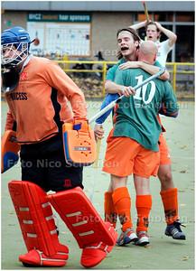 AD/HC - HOCKEY: ZOETERMEER tegen BREDA - vreugde bij Zoetermeer na 2-0 - ZOETERMEER 4 NOVEMBER 2007 - FOTO NICO SCHOUTEN