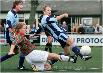 AD/HC - voetbalwedstrijd Forum Sport - DSO -  Forum sport scoort 1-0 - VOORBURG 3 NOVEMBER - FOTO NICO SCHOUTEN