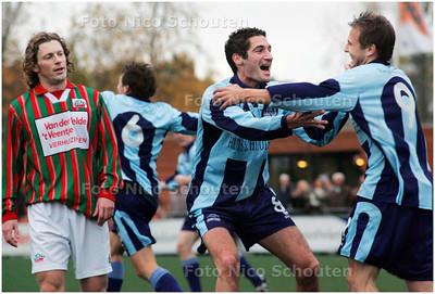 AD/HC - voetbalwedstrijd Forum Sport - DSO - vreugde bij Forum sport na 1-0 - VOORBURG 3 NOVEMBER - FOTO NICO SCHOUTEN