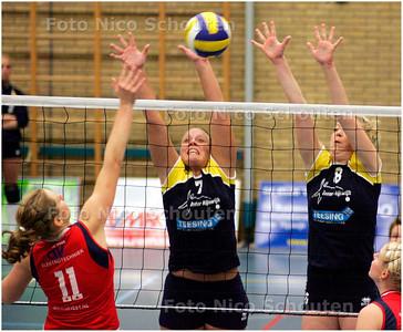 AD/HC - Inter Rijswijk-Nesselande 2 (dames). - Nesselande slaat in het blok van Inter - RIJSWIJK 3 NOVEMBER 2007 - FOTO NICO SCHOUTEN