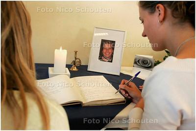 AD/HC - herdenkingstafeltje in klaslokaal van Mondriaan college i.v.m. overlijden na ongeluk van Miranda Buitenhek - DEN HAAG 14 NOVEMBER 2007 - FOTO NICO SCHOUTEN