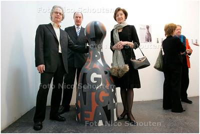 """AD/HC - Slowaakse ambassadeur opent expositie in Zoetermeer - Ambasadrice (r), burgemeester en organisator Ton vna Zeijl bij """"de Pointer"""" dat gekocht is door de gemeente - ZOETERMEER 18 NOVEMBER 2007 - FOTO NICO SCHOUTEN"""