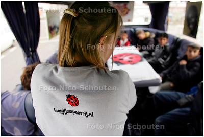 """AD/HC - leerlingen van praktijkschool """"de Poort"""" praten over wapens op school. De stichting tegen zinloos geweld gaat met een bus scholen. - DEN HAAG 7 NOVEMBER 2007 - FOTO NICO SCHOUTEN"""