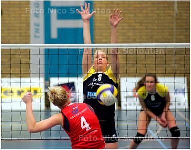 AD/HC - Inter Rijswijk-Nesselande 2 (dames). - Nesselande slaat in het éénmansblok van Inter - RIJSWIJK 3 NOVEMBER 2007 - FOTO NICO SCHOUTEN