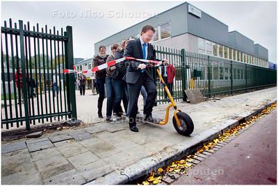 AD/HC - Het scholengebied aan het Van Doornenplantsoen is ingrijpend opgeknapt en wordt officieel opgeleverd door wethouder Patrick van Domburg en vijf leerlingen op een step - ZOETERMEER 1 NOVEMBER 2007 - FOTO NICO SCHOUTEN