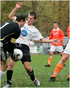 AD/HC - voetbalwedstrijd Die Haghe-JAC  - keeper van Jacv kan net op tij ingrijpen - DEN HAAG 17 NOVEMBER 2007 - FOTO NICO SCHOUTEN