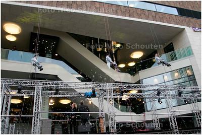 AD/HC - OPENING SPUIMARKT - burgemeester Deetman kijkt toe hoe abseilers naar beneden komen - DEN HAAG 10 NOVEMBER 2007 - FOTO NICO SCHOUTEN