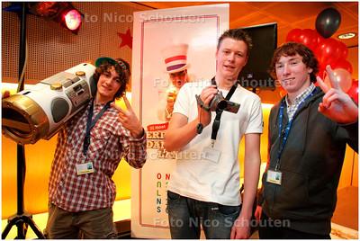 AD/HC - prijsuitreiking filmwedstrijd van de campagne 'Verder leren dan je neus lang is. Min v Onderwijs - de deelnemers uit Hellevoetsluis - DEN HAAG 6 NOVEMBER 2007 - FOTO NICO SCHOUTEN