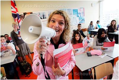 AD/HC - Een actrice op het Rijswijks Lyceum om leerlingen te lokken naar een evenement waarmee ze nieuwe leerkrachten proberen te weren. Ze komen namelijk nogal wat leerkrachten te kort - RIJSWIJK 3 OKTOBER 2007 - FOTO NICO SCHOUTEN