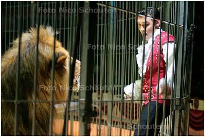 AD/HC - CIRCUS RENZ - LEEUWEN - De dompteur had even moeite om één van de leeuwen onder controle te krijgen - ZOETERMEER 4 OKTOBER 2007 - FOTO NICO SCHOUTEN