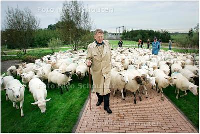 AD/HC - Wethouder Beimers van Leidschendam-Voorburg laat circa  250 hongerige schapen los op de brgroeide taluds van de Sijtwendetunnel - LEIDSCHENDAM 1 OKTOBER 2007 - FOTO NICO SCHOUTEN