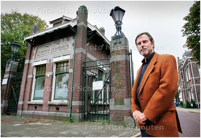 AD/HC - Ron Blankenstein, voormalig medewerker van de Haagse gasfabriek, bij de ingang van terrein gasfabriek in Binckhorst - DEN HAAG 4 OKTOBER 2007 - FOTO NICO SCHOUTEN