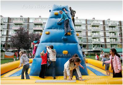 AD/HC - speelplek achter complexen Velthuijsenlaan/Duijvendijklaan,  kinderen vermaken zich op een opblaas klimtoren. - LEIDSCHENDAM 5 SEPTEMBER 2007 - FOTO NICO SCHOUTEN