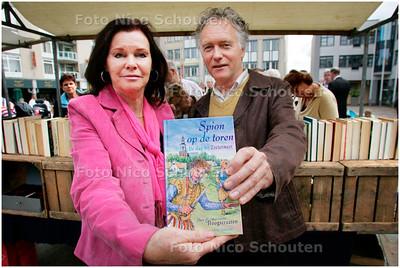 AD/HC - Echtpaar Hoogstraaten heeft jongerenroman geschreven over geschiedenis Zoetermeer - ZOETERMEER 8 SEPTEMBER 2007 - FOTO NICO SCHOUTEN