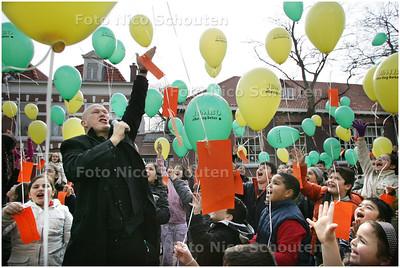 AD/HC - Project over eten op basisschool de voorsprong met PIERE WIND - de kinderen laten hun laatste snoepje, dat aan een heliumbalon hangt, op. DEN HAAG 7 APRIL 2008 - FOTO NICO SCHOUTEN