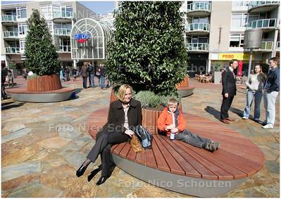AD/HC - NIEUWE BANKJES/PLANTEBAKKEN STADHUISPLEIN - ZOETERMEER 9 APRIL 2008 - FOTO NICO SCHOUTEN