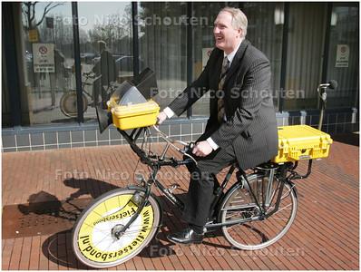 AD/HC - fiets met meetapparatuur met wethouder voor het stadhuis - ZOETERMEER 9 APRIL 2008 - FOTO NICO SCHOUTEN