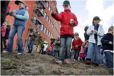 AD/HC - KINDEREN ZAAIEN BLOEMEN IN DE BINCKHORST - DEN HAAG 12 APRIL 2008 - FOTO NICO SCHOUTEN