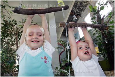 AD/HC - serpo heeft een doe-tentoonstelling, waarin kinderen kunnen ontdekken hoe goed reptielen in sporetn zijn: Floortje en Karlijn kunnen heel goed takhangen - DELFT 5 AUGUSTUS 2008 - FOTO NICO SCHOUTEN