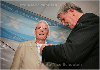 AD/HC - JAN JANSSEN EREBURGER NOOTDORP - Jan Janssen krijgt van de locoburgemeester het speltje voor ereburgerschap - NOOTDORP 7 AUGUSTUS 2008 - FOTO NICO SCHOUTEN