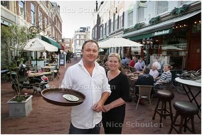AD/HC - Eigenaar Patrick en partner niet in, maar bij hun cafe De Kleine Witte - DEN HAAG 15 AUGUSTUS 2008 - FOTO NICO SCHOUTEN