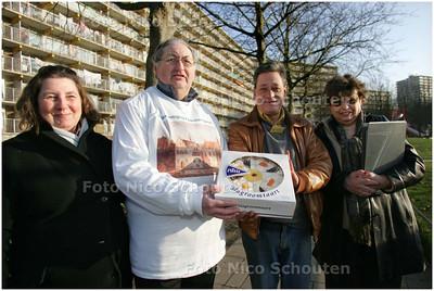 AD/HC - Voorzitter en penningmeester van wijkvereniging Palenstein met een taart voor een nieuwe vrijwilliger - Ad Schalke met zijn vrouw Jennifer (l) en Gerard Flohr en zijn vrouw Hanna - ZOETERMEER 29 DECEMBER 2008 - FOTO NICO SCHOUTEN