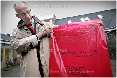 AD-HC / burgemeester Jeroen Staatsen van Voorschoten met een speciale rode vuurwerk afvalzak in de hand - VOORSCHOTEN 18 DECEMBER 2008 - FOTO NICO SCHOUTEN