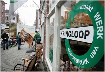 """AD/HC - KRINGLOOPWINKEL - Werk aan de winkel bij de """"Kringloop"""" op de Piet Heinstraat - DEN HAAG 12 DECEMBER 2008 - FOTO NICO SCHOUTEN"""