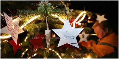 AD/HC - op begraafplaats oud eik en duinen staat een sterrenherdenkingsboom. belangstellenden kunnen hierin tot 30 december een herinnering plaatsen/hangen van een overleden dierbare - DEN HAAG 19 DECEMBER 2008 - FOTO NICO SCHOUTEN
