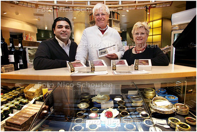 """AD/HC - Slager Piet van de Berg bij kaviaarkoning Mossafaian (r) en Nel Oelnij, Shopmanager van """"House of Caviar & Fine food filiaal Den haag - DEN HAAG 8 DECEMBER 2008 - FOTO NICO SCHOUTEN"""