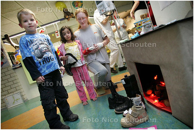 AD/HC - Kinderen zetten schoen in Lange Land Ziekenhuis - vlnr Sebastiaan, Jasmijn en Melissa bij de Geïmproviseerde openhaard op de kinderafdeling - ZOETERMEER 2 DECEMBER 2008 - FOTO NICO SCHOUTEN