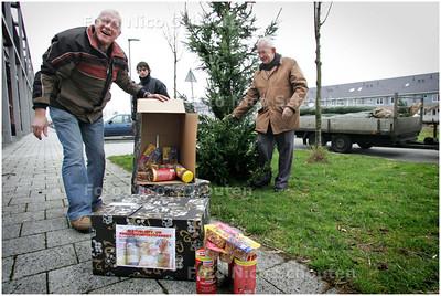 AD/HC - KERSTBOOMFEESTPAKKET - Eerste kerstboom van kerst-straatactie wordt geplant, in veldje vol hondenpoep, aan Tigrisstroom in Oosterheem - ZOETERMEER 15 DECEMBER 2008 - FOTO NICO SCHOUTEN