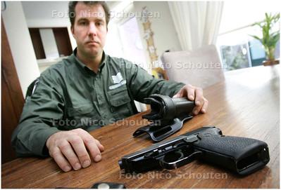 AD/HC - Duinwachter Marco de Groot - mag zijn pistool niet meer dragen. Hij bewaart het thuis in een kluis - WASSENAAR 10 DECEMBER 2008 - FOTO NICO SCHOUTEN