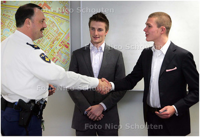 AD/HC - Dave van Manen (l) en Sebas Hameetman worden door de wijkagenten gehuldigd omdat ze achter een gestolen scooter aangingen - ZOETERMEER 9 DECEMBER 2008 - FOTO NICO SCHOUTEN