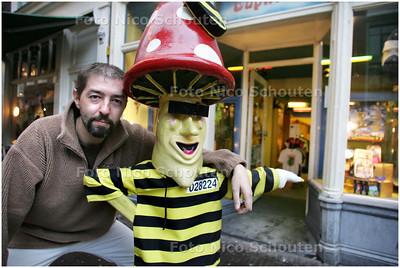 AD/HC - Rinco Boekee bij zijn  SMARTSHOP EUPHORIA - DEN HAAG 5 DECEMBER 2008 - FOTO NICO SCHOUTEN
