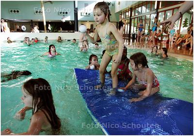 """AD/HC - Zwembad aquapark Keerpunt staat deze week in het teken van wintersport - Hier het onderdeel """"sneeuwbalgooien"""" - ZOETERMEER 26 FEBRUARI 2008 - FOTO NICO SCHOUTEN"""
